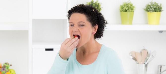 frau-isst-erdbeeren